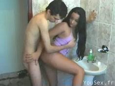 Jeune latina de 18 ans baise contre le lavabo